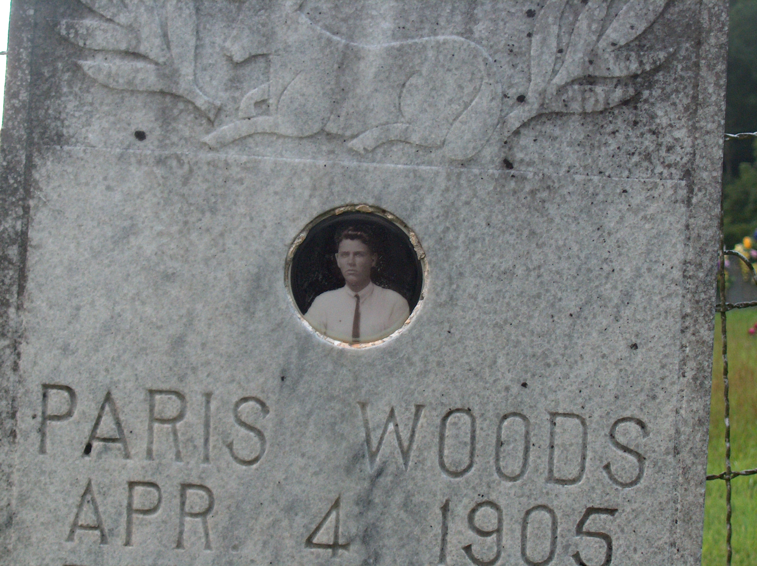Grave of Paris Woods with an embedded photo